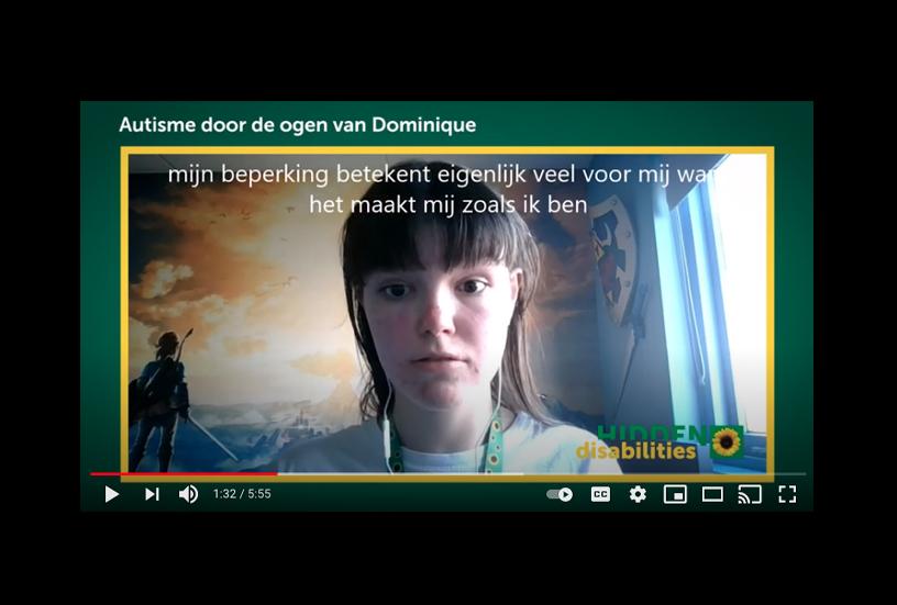 Een opname uit het video-interview van Dominique's Sunflower Story. Dominique spreekt in de camera op haar computer.